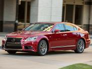 Самый сильный конкурент из Японии -- Lexus LS -- предлагается по цене от 4 миллионов 275 тысяч рублей за заднеприводную версию с мотором V8 мощностью 388 сил. Полноприводный вариант на 225 тысяч дороже, но мотор там чуть слабее -- 370 сил. А еще есть гибридная версия LS 600h (суммарная мощность силовой установки -- 394 силы) от 5 миллионов 637 тысяч. Самая навороченная модификация LS стоит 6 миллионов 287 тысяч.